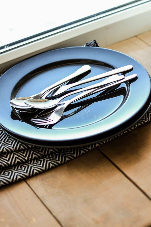 Черная плита с tableware стоковые изображения rf