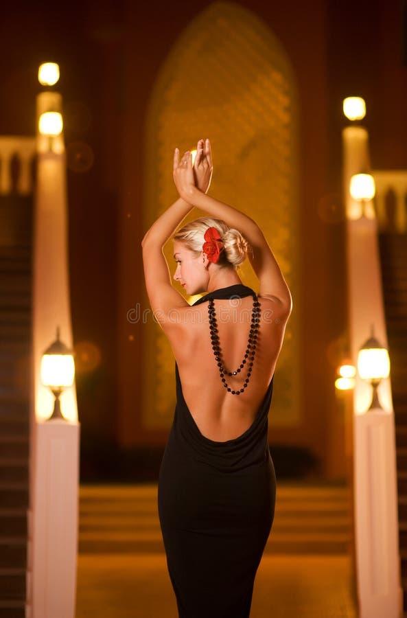 черная повелительница вечера платья стоковые фотографии rf