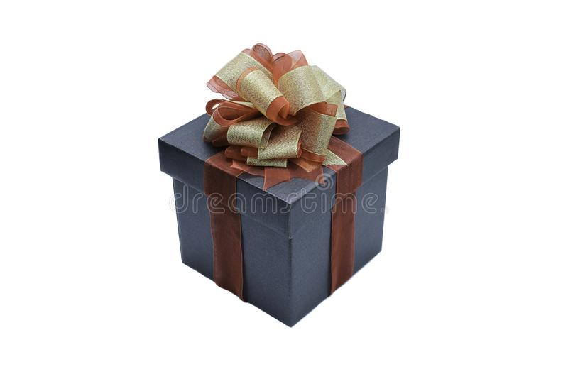 черная подарочная коробка с лентой и смычок для настоящего момента белизна изолированная предпосылкой стоковое фото