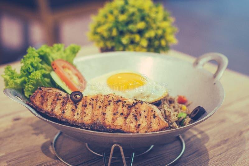 Черная прованская зажаренная жареными рисами яичница семг и смешанный овощ стоковые изображения rf