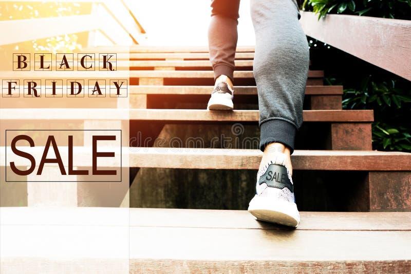 Черная продажа пятницы, спешность человека спорта вверх идет к ходить по магазинам стоковые изображения rf