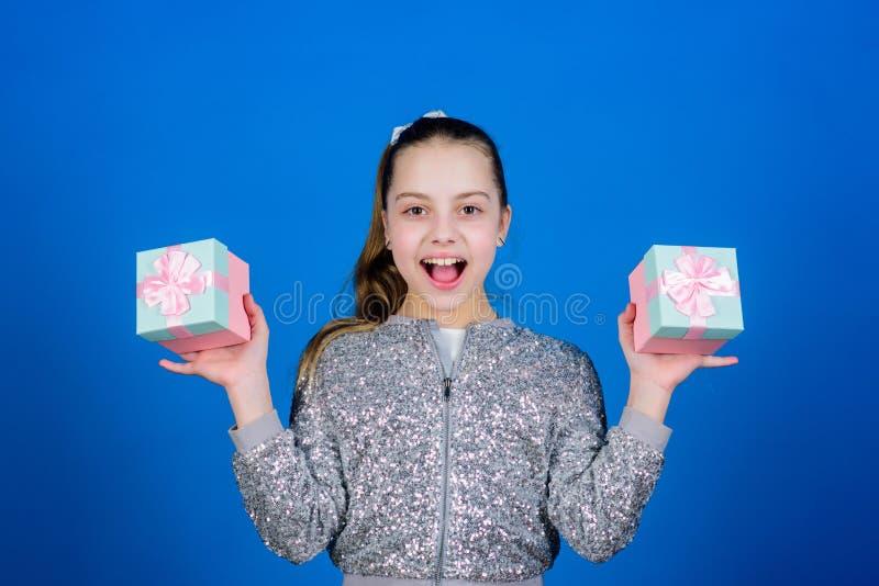 Черная пятница День покупок Милый ребенок носит подарочные коробки Подарочная коробка сюрприза Мир списка целей дня рождения счас стоковые изображения rf