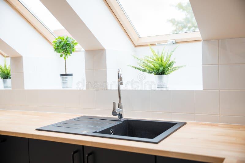 Черная раковина в кухне стоковое фото rf