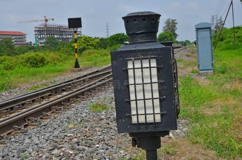 Черная светлая лампа около железной дороги стоковые фото
