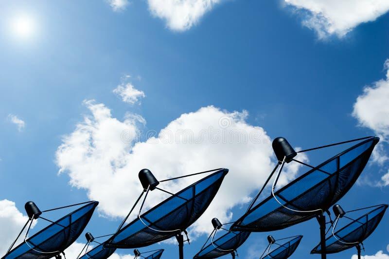 Черная спутниковая антенна-тарелка спутника связи антенны на голубом небе стоковое изображение rf