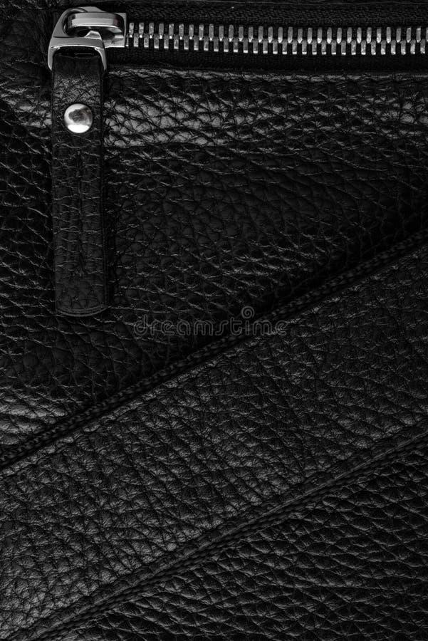 Черная сумка кожаного продукта с молнией и поясом стоковая фотография