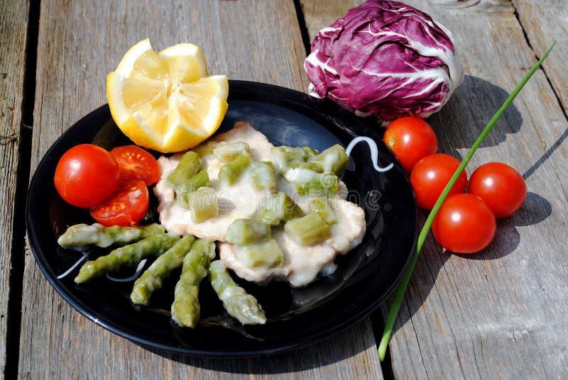 черная телятина томатов escalope тарелки стоковое фото rf