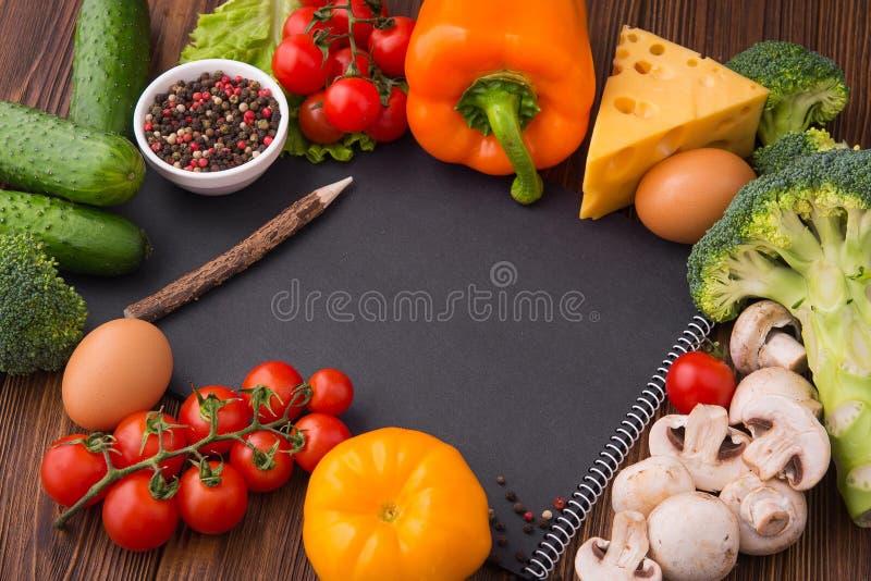 Черная тетрадь рецепта с томатом, papper, сыром стоковые фотографии rf