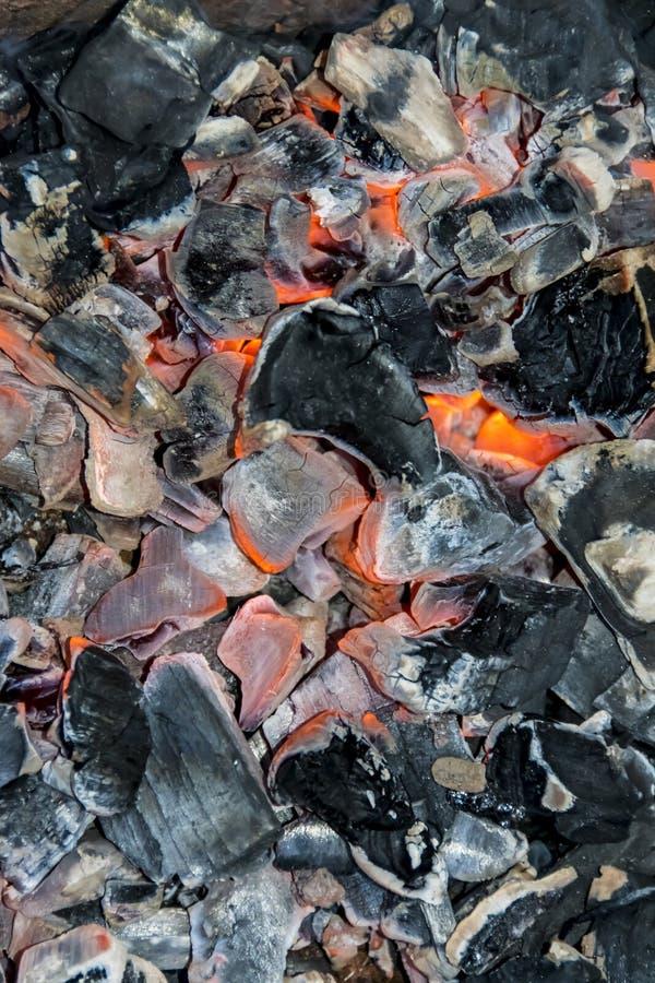Черная тлея предпосылка текстуры костра огня углей стоковые фотографии rf