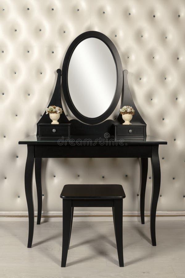 Черная тщета зеркала макияжа с кожаной стеной стоковые фотографии rf