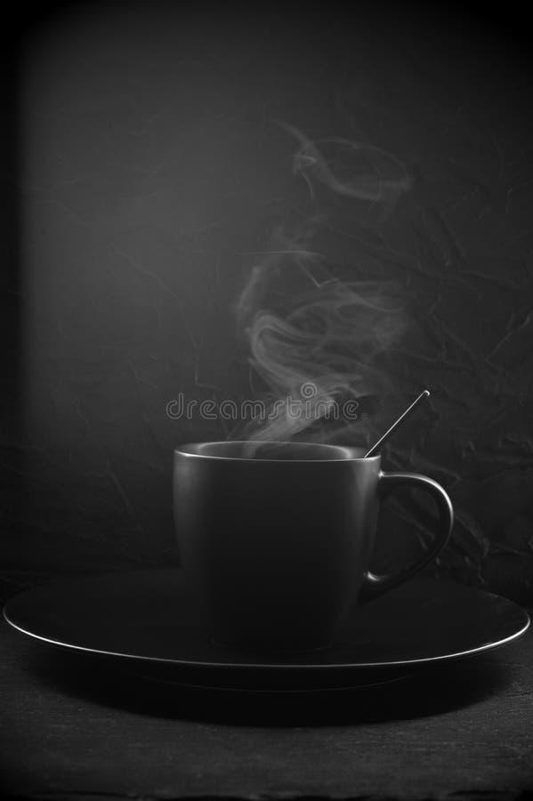 Черная чашка горячего кофе стоковые фото