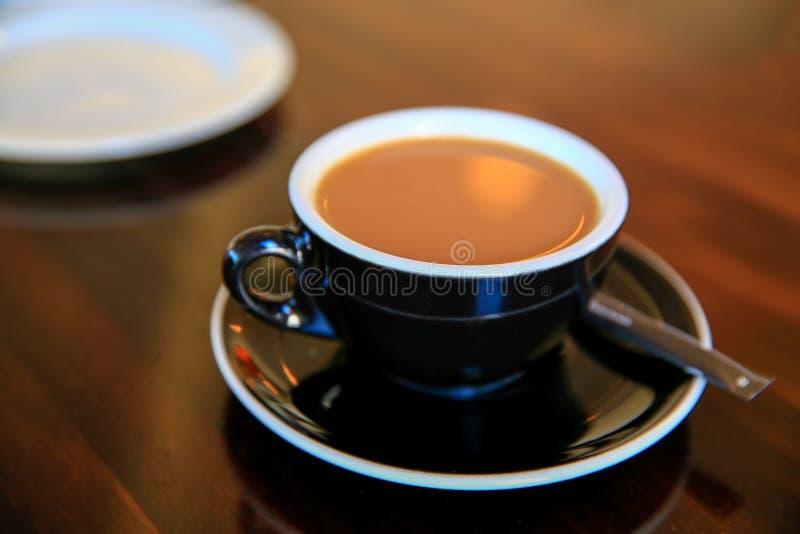 Черная чашка свежего эспрессо на таблице, Timaru, Новой Зеландии стоковые фотографии rf
