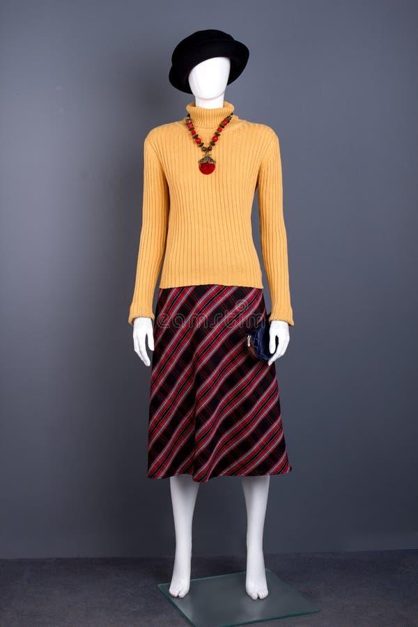 Черная шляпа, свитер и striped юбка стоковое изображение