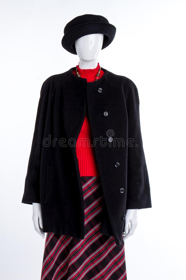Черная шляпа, шинель и красный свитер стоковое фото