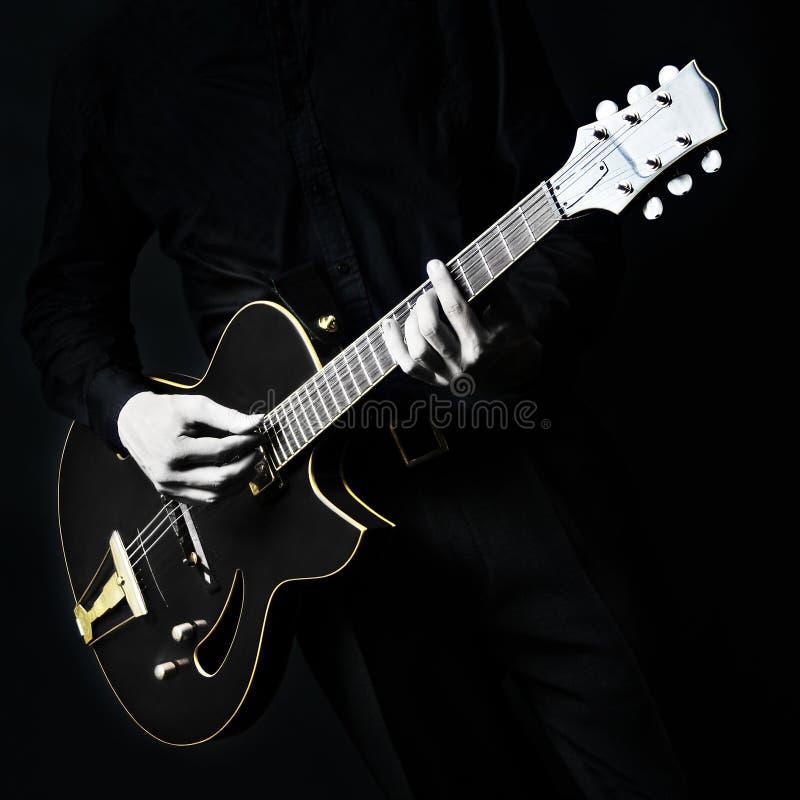 Черная электрическая гитара стоковые фотографии rf