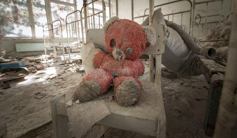 Чернобыль - плюшевый медвежонок в покинутом детском саде стоковые фотографии rf