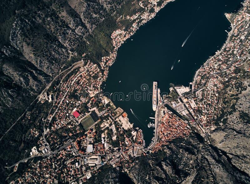 Черногория Залив Boka Kotor Городок Kotor взгляд сверху Вкладыш в порте Kotor стоковая фотография rf