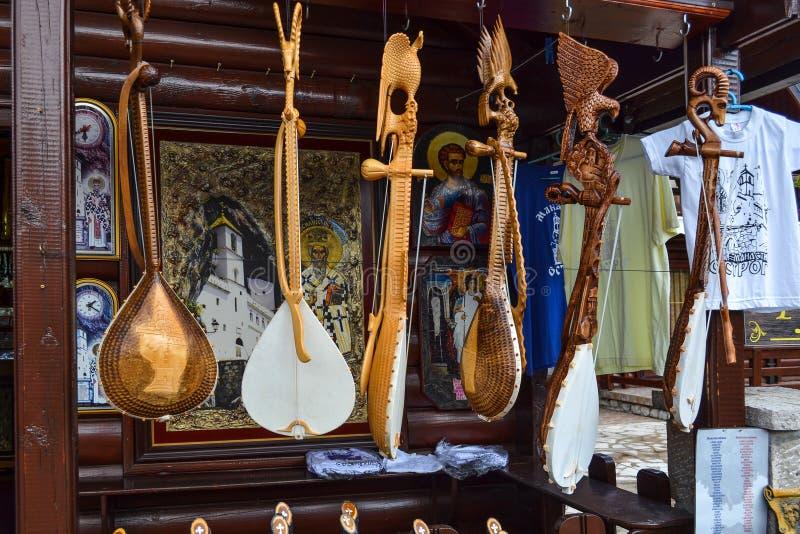 Черногория 18-ое сентября 2017 Магазин с фольклорными музыкальными инструментами - gusle Stringed зашнуровал аппаратуру с изображ стоковая фотография