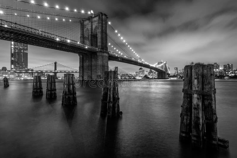 Черное & белое изображение Бруклинского моста, в Манхэттене, Нью-Йорк стоковое фото