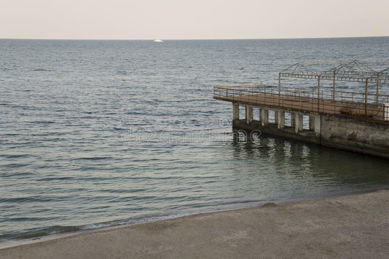 черное море Вода без волн и меньшей шлюпки далеко затишье Главным образом пасмурная погода Голубой и серый цвет Перед дождем стоковое фото