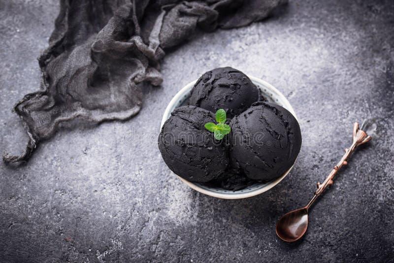 Черное мороженое Ультрамодная еда стоковое изображение