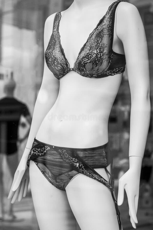 черное нижнее белье в выставочном зале магазина моды для женщин стоковые изображения rf