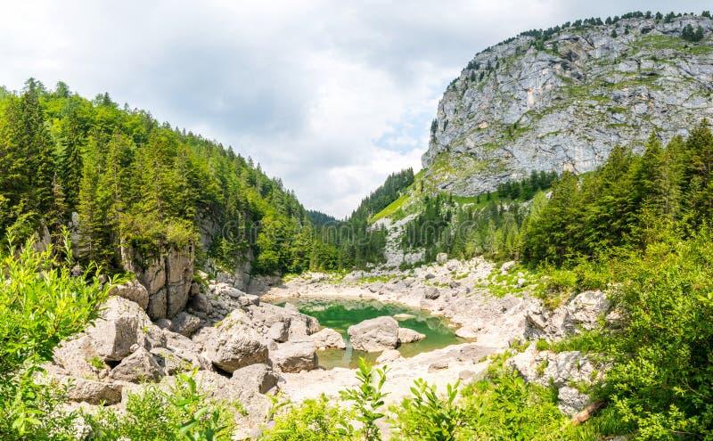 Черное озеро, Словения Jezero ÄŒrno в горных вершинах Словении Джулиана стоковое фото