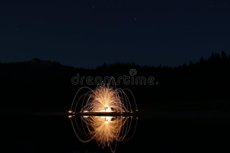 Download Черное озеро с стартами и фейерверками Стоковое Изображение - изображение: 97763463