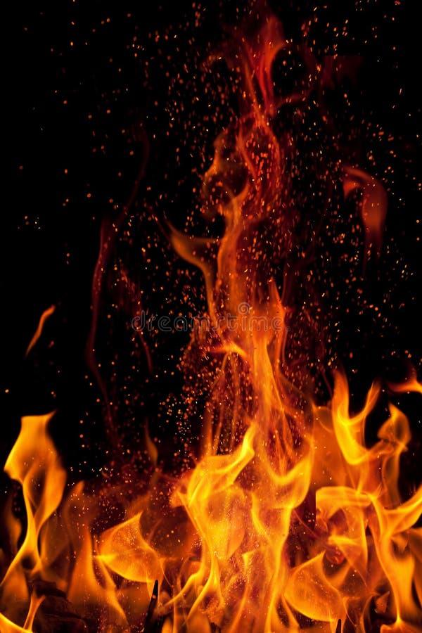 черное пламя изолированное над искрами стоковое изображение rf