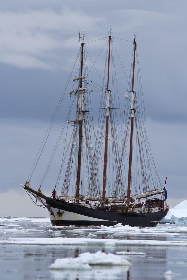 Черное туристское парусное судно в антартических водах закупорило с стоковые изображения