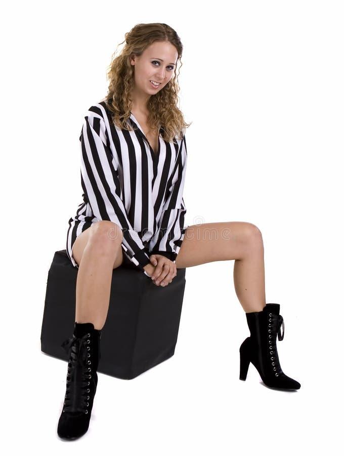 черной striped рубашкой детеныши белой женщины стоковые изображения