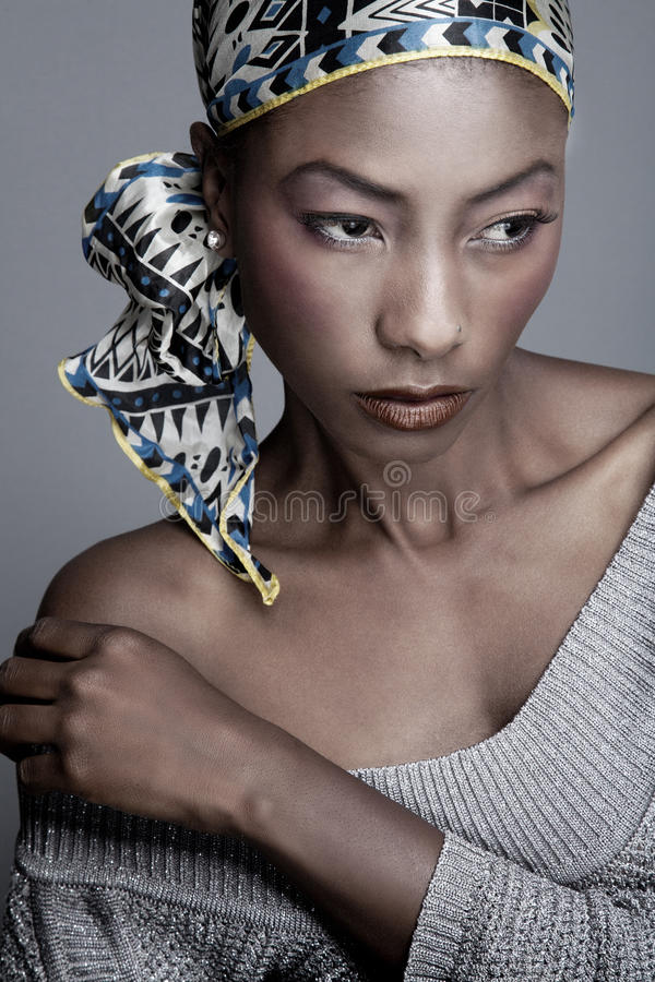 Чернокожая женщина в головном шарфе стоковые фотографии rf