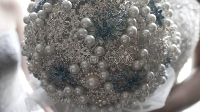 Чернокожая женщина держит букет свадьбы украшения искусственный Букет свадьбы искусственных цветков Невеста держит изумлять стоковая фотография rf