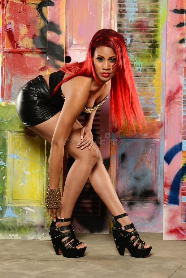Чернокожая женщина с красными волосами стоковая фотография