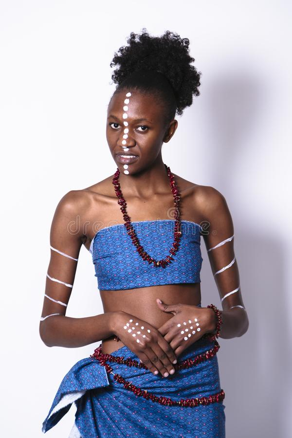 Чернокожая женщина Beautifu молодая с искусством стороны и тела стоковая фотография rf