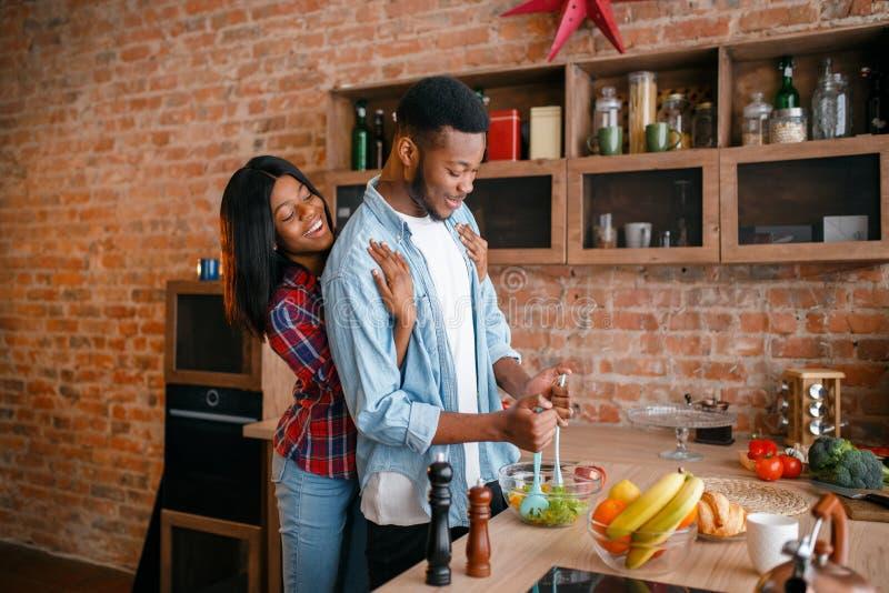 Чернокожий человек варя завтрак на кухне стоковая фотография