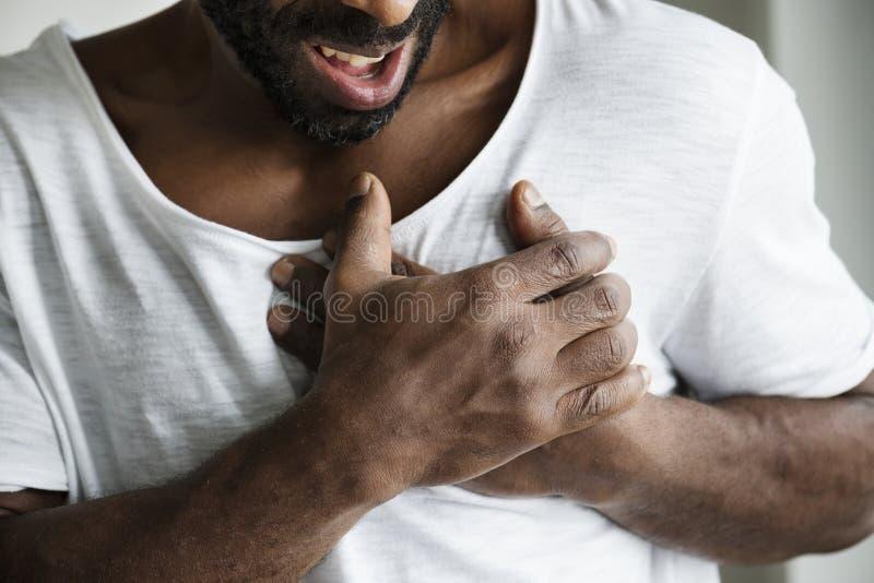 Чернокожий человек имея сердечный приступ стоковые изображения