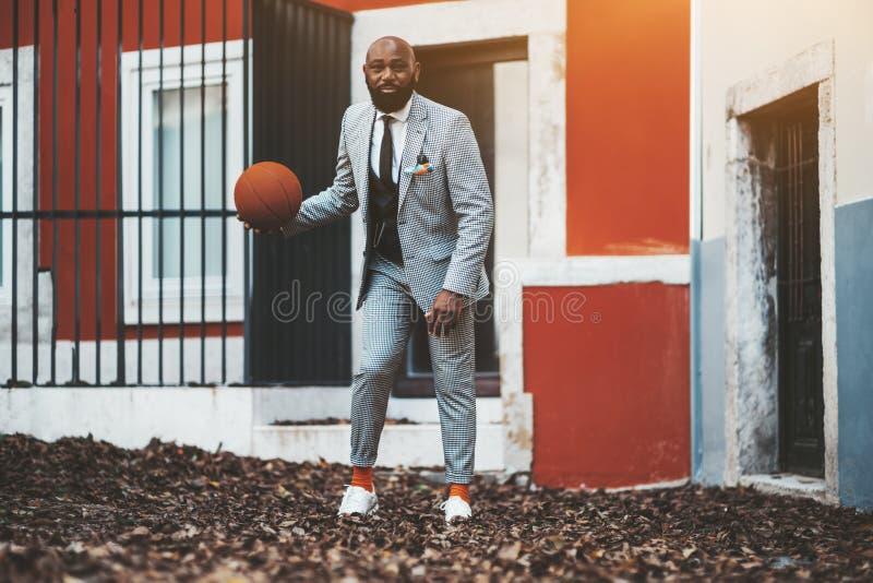 Чернокожий человек с оранжевым баскетболом стоковые изображения rf