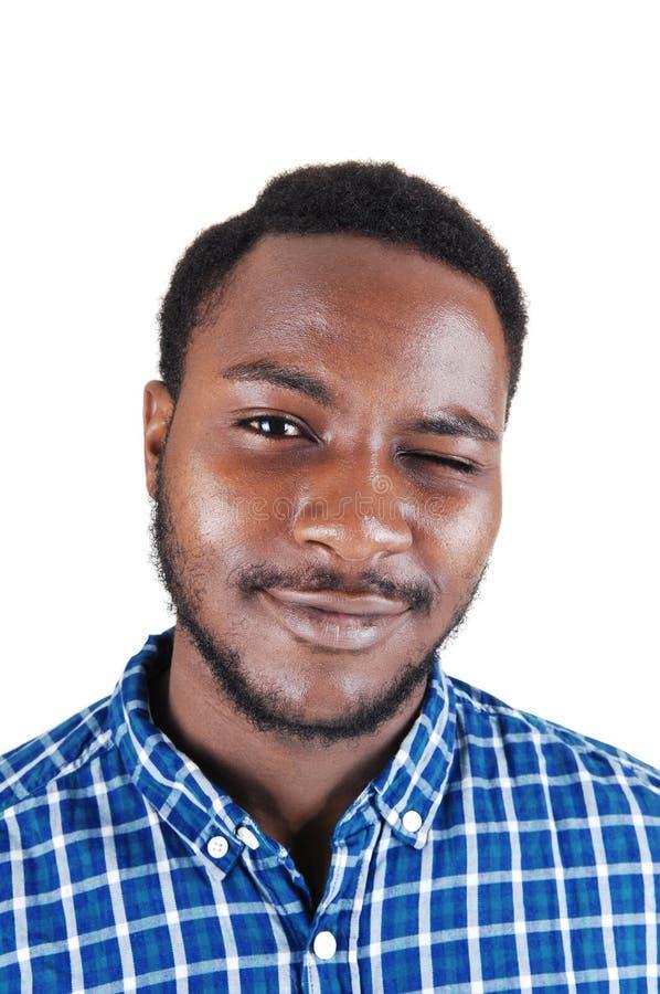 Чернокожий человек моргая с его глазом. стоковая фотография rf