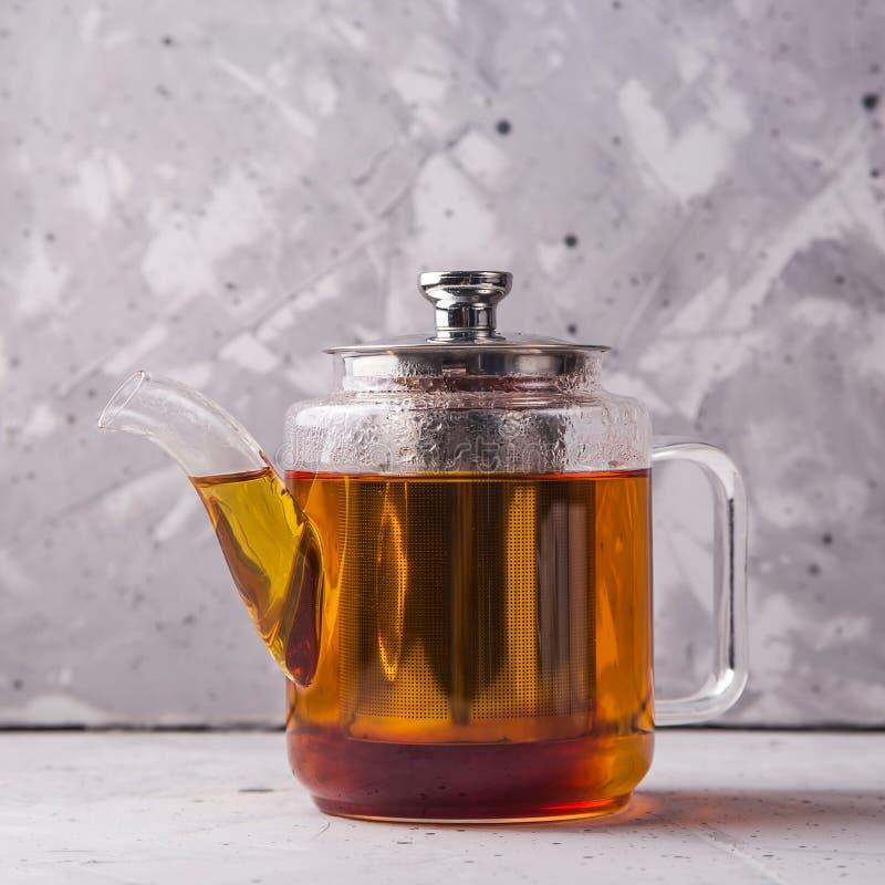 Чернота или чай masala в чайнике на серой minimalistic предпосылке стоковые фото