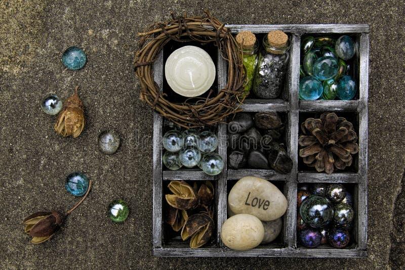 Чернота и серебр коробки тени, заполненные с вещами eath стоковые фото
