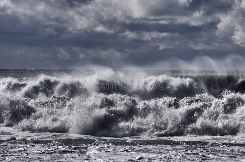чернота ломает вниз с погоды волн шторма моря ветреной стоковые фото