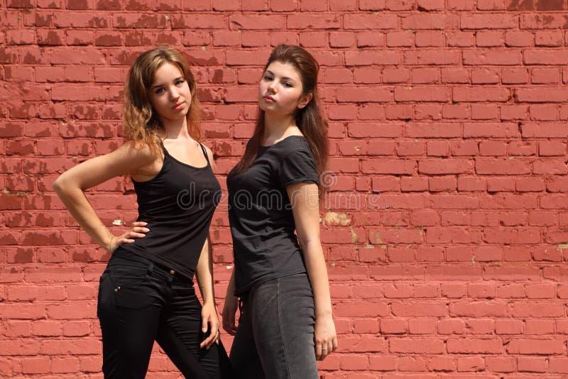 чернота одевает девушок такие же серьезные 2 стоковая фотография rf