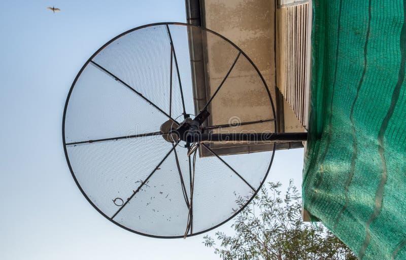 Чернота спутниковой антенна-тарелки устанавливает в дом стоковые фото