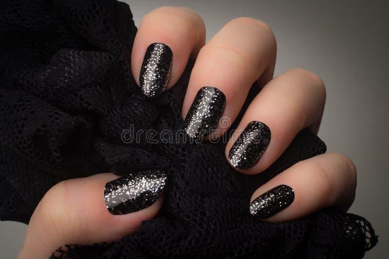 Чернота glittered ногти стоковое изображение