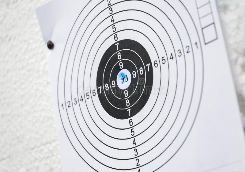 Черноты конца-вверх учебной стрельбы по мишеням отверстие боеприпасов бумажной белое голубое стоковые фотографии rf