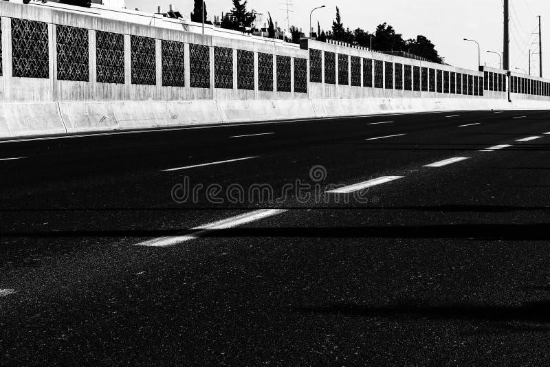 Черно-белая городская картина выражая пустоту стоковые фотографии rf