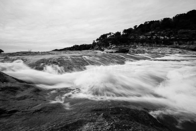 Черно-белая долгая выдержка пропускать реки стоковая фотография