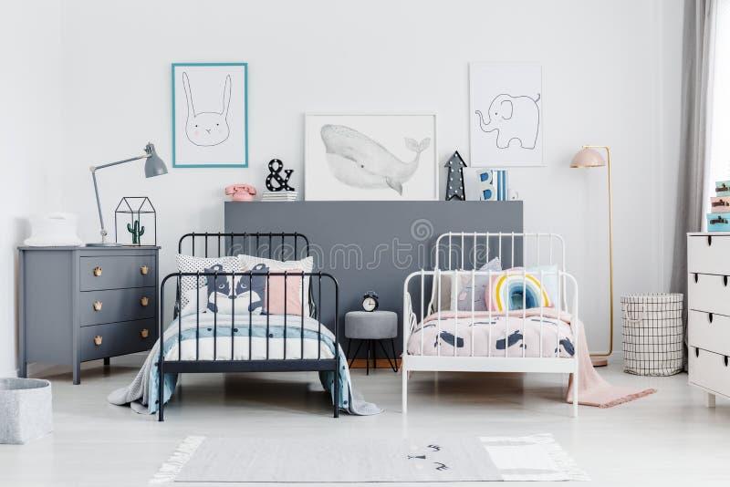 Черно-белая кровать в интерьере спальни отпрысков с серой кабиной стоковое фото rf