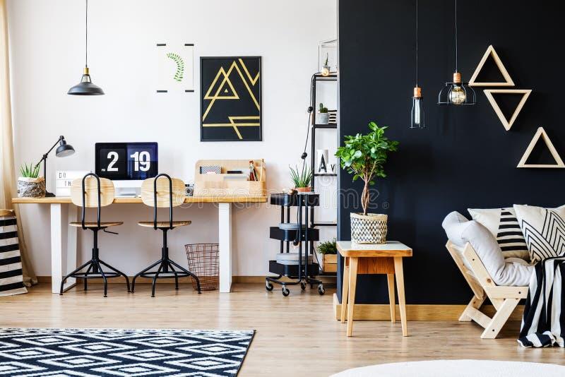 Черно-белая нордическая квартира стоковое фото